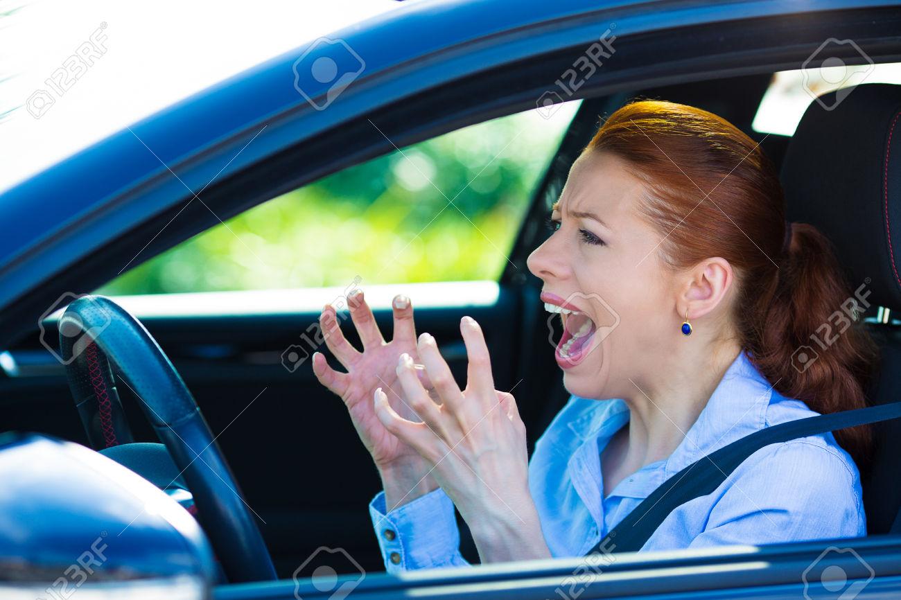 29533167 gros plan portrait d plut col re piss femme agressive volant de la voiture en criant quelqu un les m banque d images